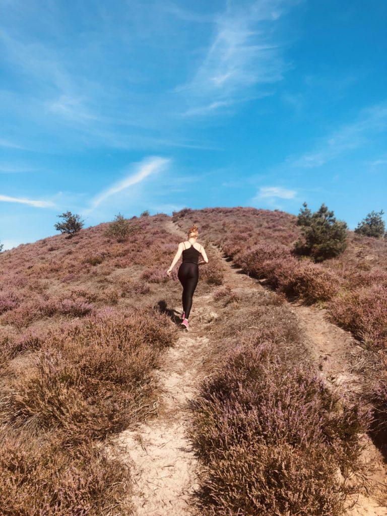 Vrouw rent op berg Runningtherapie Fysiotherapie manueel therapie busser Tsjoonk Velp